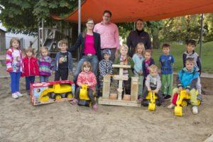 In Vertretung für den Elternbeirat übergaben Anke Bader, Stefan Eibl und Sabrina Eisenstecken (hinten v. l.) die Spielgeräte an die Kinder des Kindergartens St. Elisabeth