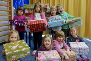 """Die Kinder des Kindergartens St. Elisabeth in Esting packten dieses Jahr wieder Weihnachtspäckchen für """"Geschenk mit Herz""""."""