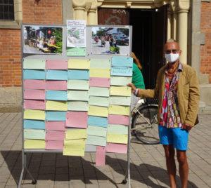 Stadtrat Michael Kircher mit den während des Infostands gesammelten Karten/Bürger*innenwünschen